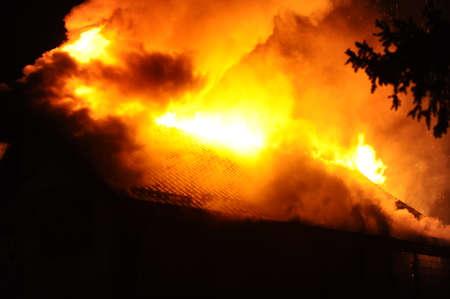 under fire: Casa en construcción se incendió en la noche Foto de archivo