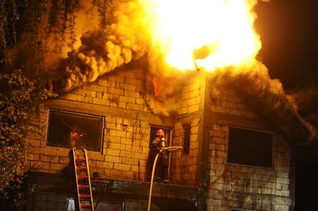 Haus im Bau fing Feuer bei Nacht Standard-Bild - 39540602