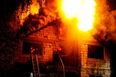 under fire: Casa en construcci�n se incendi� en la noche Foto de archivo