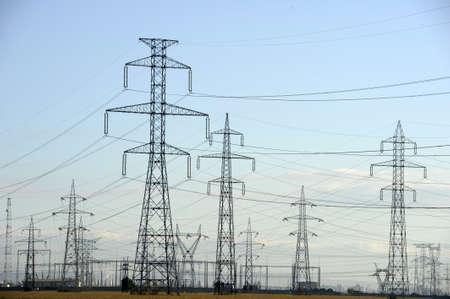 torres de alta tension: Pilones de la electricidad en el campo - tiro diurno Foto de archivo