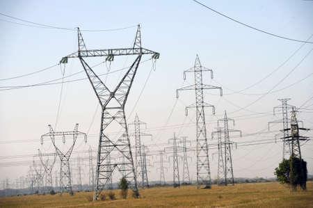 torres el�ctricas: Pilones de la electricidad en el campo - tiro diurno Foto de archivo