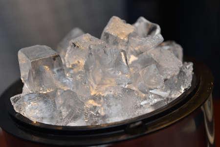 Cubos de hielo en el cubo