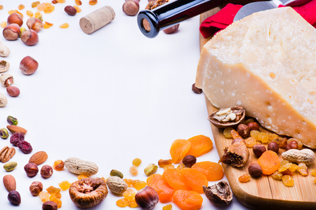 frutos secos: Queso con frutas secas y nueces sobre tabla de madera