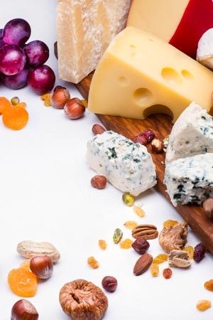 gamme de produit: Fromages avec des fruits secs et des noix sur planche de bois