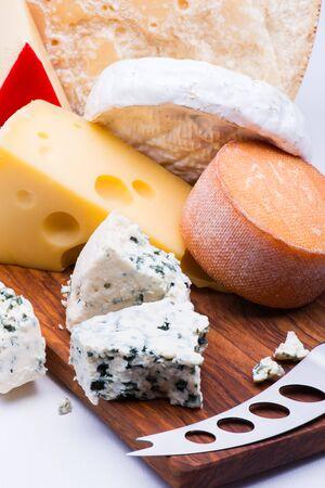 gamme de produit: Fromages sur planche � d�couper sur fond blanc Banque d'images