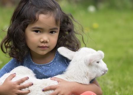 아기 양고기를 들고 영, 아시아계 미국인 소녀