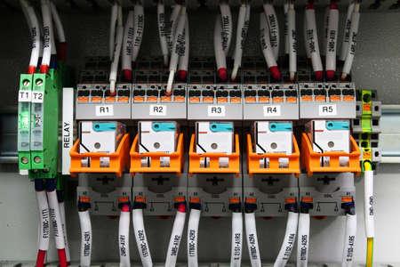 carrera de relevos: circuito de cableado de rel� para la automatizaci�n