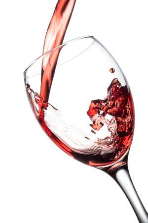bebiendo vino: Verter el vino tinto en vidrio