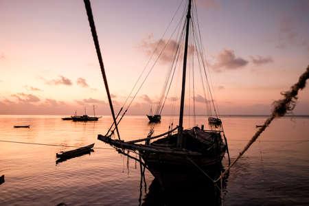 Boote in der Banda-See bei Sonnenuntergang Standard-Bild