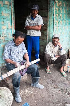 Arbeitnehmer bei Ijen Crater flicken ihre Körbe nach der Arbeit