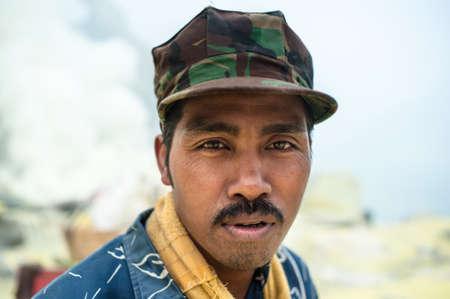 Porträt eines Mannes an der Schwefelmine von Ijen in Ost-Java arbeiten, Indonesien Lizenzfreie Bilder - 43483537