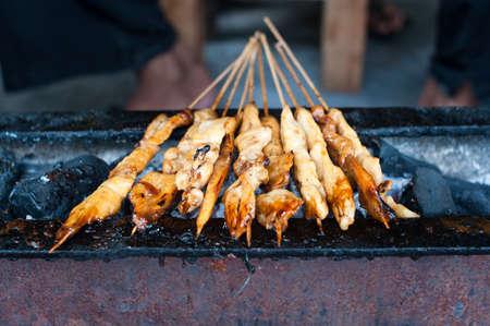 Indonesischen Satay Huhn auf einem Grill