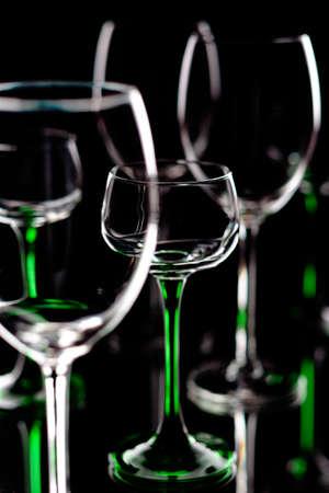 Leere Weingläser auf einem schwarzen Hintergrund Standard-Bild