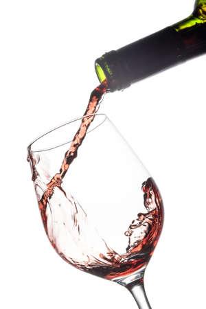 Gießen Rotwein in ein Glas Wein  Lizenzfreie Bilder - 41174337