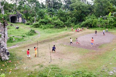 Lokale Kinder spielen Fußball an den Ruinen von Fort Nassau in Bandaneira, Banda-Inseln, Molukken, Indonesien