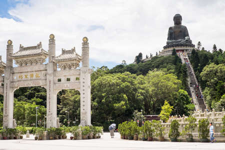 HONG KONG, CHINA - 26. August 2014: Tian Tan Buddha, der auch als Big Buddha bekannt ist, ist eine große Bronzestatue, im Jahr 1993 auf der Insel Lantau abgeschlossen.