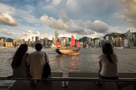 Hongkong, China - 14. Juli 2014: Touristen beobachten eine traditionelle chinesische Dschunke Segelanzüge auf den Victoria Harbour. Editorial