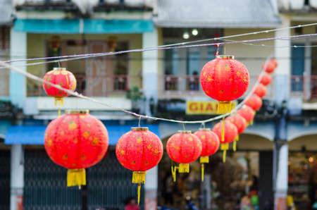Rote chinesische Laterne hängt in einer Straße für chinesische Neujahr.