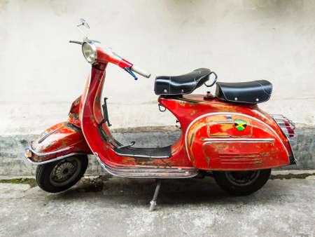 scooter: Yogyakarta, Indonesia - 17 de diciembre de 2011: Antiguo italiana Vespa Scooter estacionado en un callej�n.