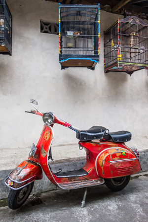 Yogyakarta, Indonesien - 17. Dezember 2011: Alte italienische Vespa-Roller in einer Gasse geparkt. Editorial