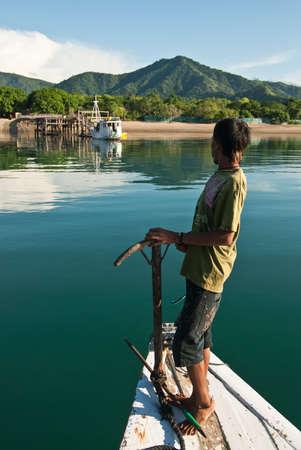 Insel Komodo, Indonesien - 4. Februar 2010: Lokale Fischerboot zu den Komodo eingeben.