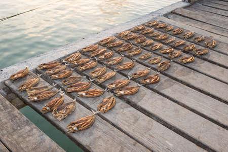 Tropische Fische Trocknen auf einem hölzernen Steg in Maluku, Indonesien