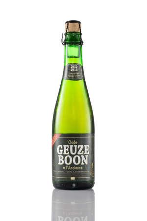 Eindhoven, Niederlande - 23. Juli 2015: Eine Flasche Boon Geuze Bier auf einem weißen Hintergrund. Gueuze oder Geuze ist eine Art von Lambic, ein belgisches Bier.