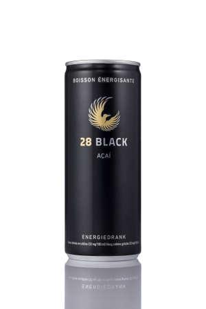 Eine Dose 28 Schwarz Energy-Drink auf einem weißen Hintergrund. 28 Energie ist eine beliebte Energy-Drink mit Acai-Frucht.
