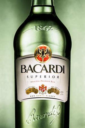Eindhoven, Niederlande - 24. April 2015: Close-up von einer Flasche Bacardi Superior Zimmer rum. Bacardi Limited ist das größte in Privatbesitz befindliches Familienunternehmen Spirituosenunternehmen der Welt. Editorial