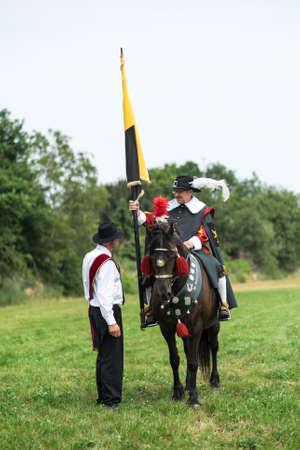 Casteren, NIEDERLANDE - 5. Juli 2015: Zwei Mitglieder einer traditionellen niederländischen Gilde auf Freie Guild Day. Editorial
