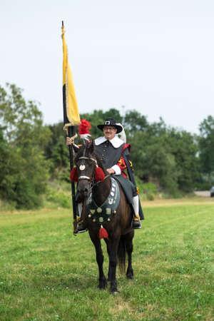 Casteren, NIEDERLANDE - 5. Juli 2015: Die Mitglieder einer traditionellen niederländischen Gilde auf einem Pferd auf Freie Guild Day.