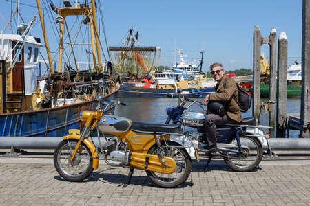 STELLENDAM, NIEDERLANDE - 27. Juni 2015: Ein Mann sitzt auf einem Vintage-Zundapp Motorrad.
