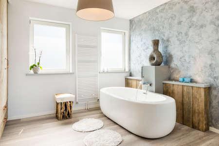 baÑo: Luminoso cuarto de baño moderno con bañera separada