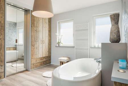 cuarto de baño: Luminoso cuarto de baño moderno con bañera separada