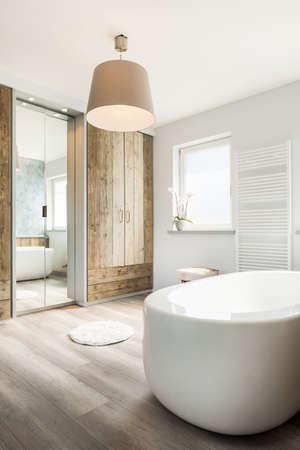 bathroom: Luminoso cuarto de baño moderno con bañera separada