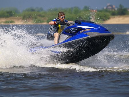 moto acuatica: Hombre de salto de jet ski en la onda Foto de archivo