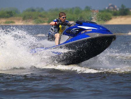 jet ski: Man on jump jet ski sur la vague