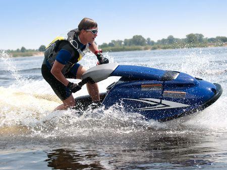 moto acuatica: Hombre de jet ski paseos muy estrecha Foto de archivo