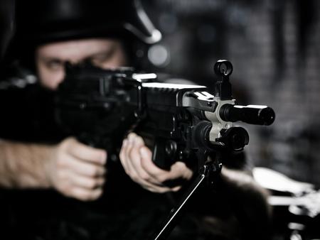 rifleman: Guy en objetivos de desenfoque por subfusil Foto de archivo