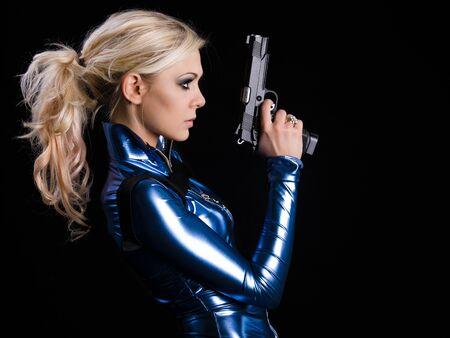 mujer con pistola: Marcial joven dama con dos pistolas Foto de archivo