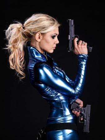 firearms: Marcial joven dama con dos pistolas Foto de archivo