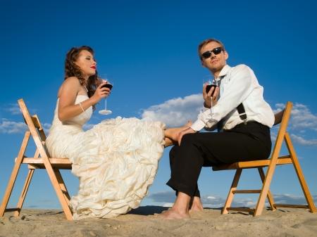 boda gay: hermosa pareja delante del cielo azul