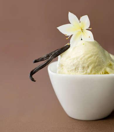 flor de vainilla: Vainilla en helados de consumo en un bol