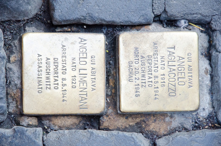 ローマ, イタリア.2017 年 1 月 5 日。ローマの Stolperstein。2 ユダヤ人の間第二次世界大戦 Auschwitz に追放を覚えている 2 つの石畳。アーティスト グンタ