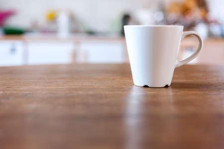 filiżanka kawy: Filiżanka kawy z rocznika kuchnia nieostre tło.