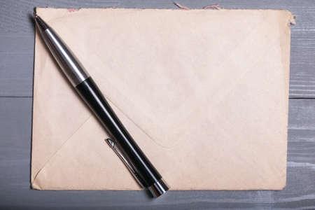 pluma de escribir antigua: Old vintage elegant business pen letter sheet paper grey wooden background flatlay Foto de archivo