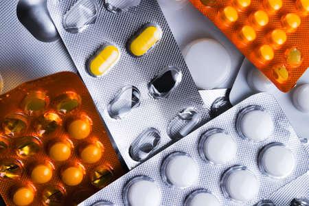 sobredosis: paquetes surtidos o ampollas de diferentes pastillas y medicamentos. sobredosis médica o concepto abstracto adicción. Foto de archivo
