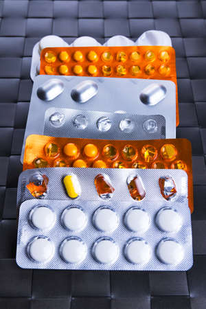 sobredosis: Assorted packets or blisters of various pills and medication. Medical overdose or addiction abstract concept.