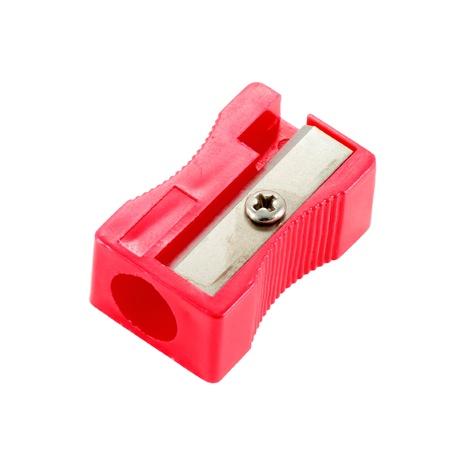 sacapuntas: sacapuntas de plástico de color rojo sobre un fondo blanco