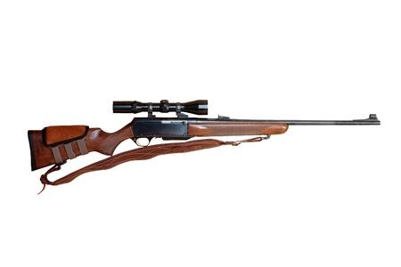 fusil de chasse: fusil de chasse semi-automatique de gros calibre équipé de viseur optique coupé et isolé